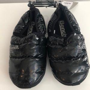 Bench black slippers